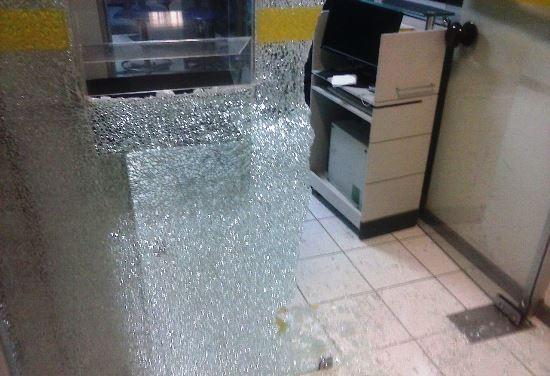 Porta de vidro arrombada para entrada dos criminosos.