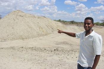 Segundo Hélio, a quantidade de cascalho tirado é suficiente para arrumar as estradas da região.