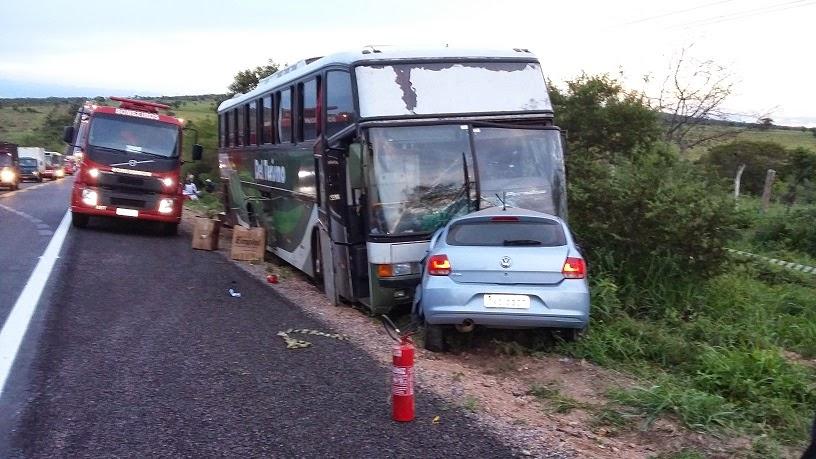 Os dois veículos saíram para o mesmo lado e colidiram violentamente de frente.
