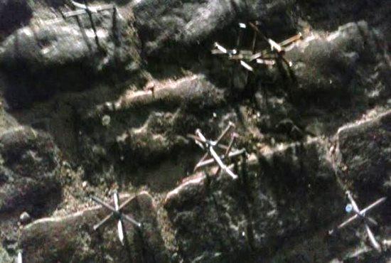 Pregos soldados em vários anglos se tornam verdadeiros inimigos dos pneus.