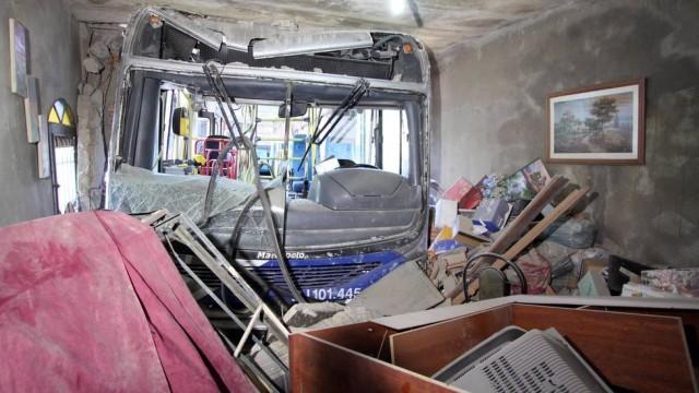 onibus-acidente-casa