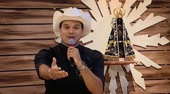 """Padre Alessandro Campos apresenta um programa na TV Aparecida, o """"Aparecida Sertaneja""""."""