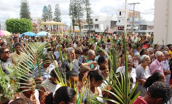 Ao cântico de Hosana ê Hosana ha, fiéis chegaram da procissão para celebração./ Foto: Raimundo Mascarenhas