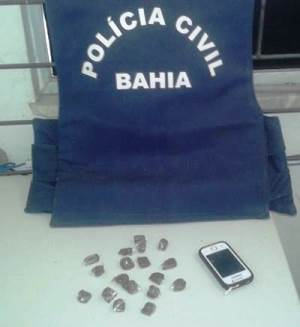 Segundo a Polícia, a jovem detida comercializava a droga em casa.