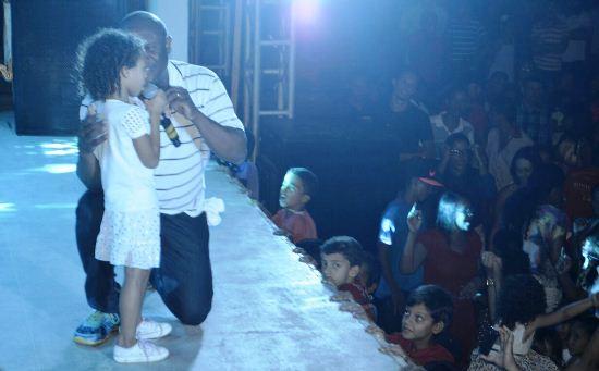 Garotinha emocionou o público ao contar uma canção de Lázaro.