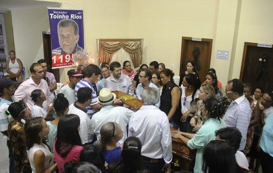 Momentos antes de o caixão deixar a Prefeitura, muito sofrimento principalmente das duas filhas.