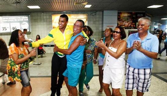 Familiares recebem campeão no aeroporto.