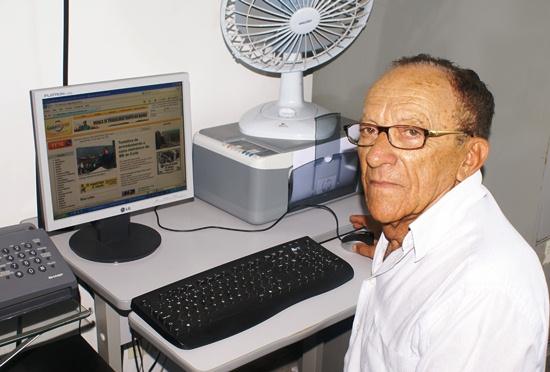 Coité – Para se manter informado, idoso de 91 anos, aprende navegar na internet