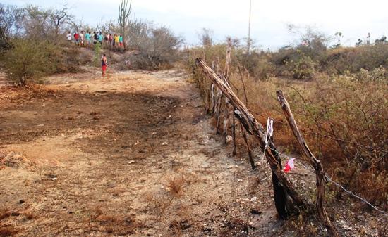 No desespero a vítima deixou pedaço de roupa na arame do cercado, andou alguns metros e caiu.