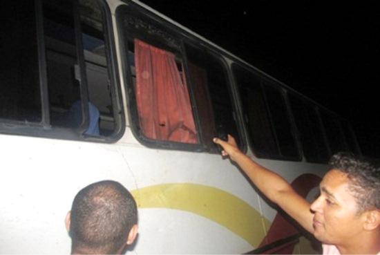 Morador mostra janela que estava o homem que acabou sendo atingido por uma vaca.