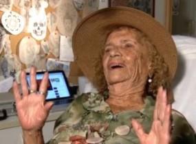 A idosa conta ainda gostar de recitar poesias românticas e eróticas.