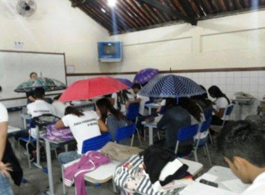 Os estudantes acompanharam as aulas munidos de guarda-chuvas abertos