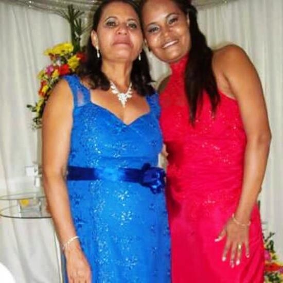 Ana Clécia parabeniza sua mãe Maria José, 50 anos, em Barrocas por esse dia especial.