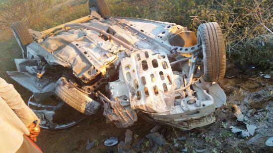 Carro de Januzia ficou destruído em consequência da colisão e capotamento.