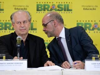 O ministro da educação Renato Janine Ribeiro, ao lado do secretário-geral do MEC, Luiz Cláudio Costa,