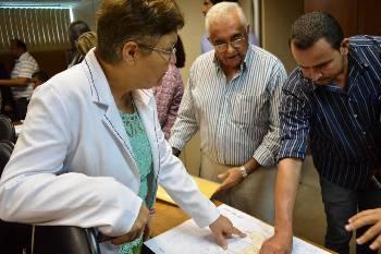 Fátima observa o que deve ser o novo mapa dos municípios, a partir das alterações.