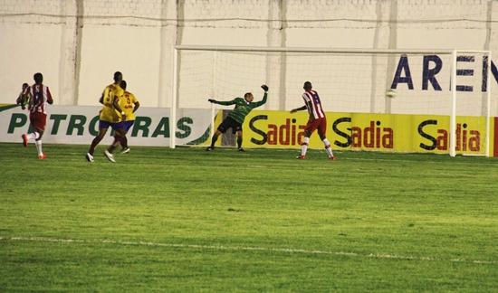 Lance do segundo gol do Náutico. Pezão nada pôde fazer.