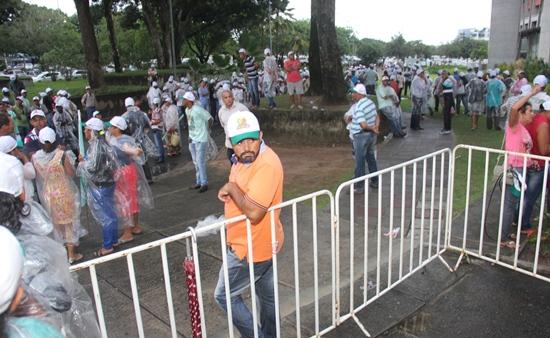 Toda estrutura para a presença do governador foi montada, mas o povo resolveu não esperar mais de duas horas e na incerteza se seria atendido.