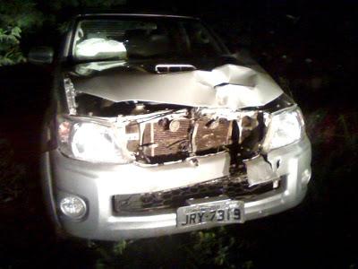Pelo estrago que pode ser notado na Hilux a colisão foi muito violenta.