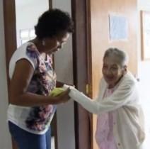 Ela chegou ao abrigo doente, com câncer no intestino, mas se curou e, depois, foi adotada pela casa de apoio.