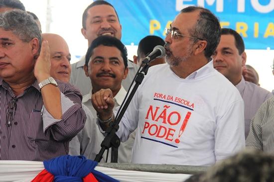 Roberto Carlos é esse de bigode que errou o nome do prefeito e o prefeito devolveu com  a mesma moeda.