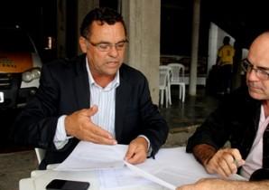 Jorge mostra ao repórter Valdemí de Assis, documentos encaminhados aos órgãos competentes.