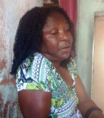 Josefa Santiago da Silva, 68 anos, moradora do Povoado de Serrote, distrito de Salgadália - Conceição do Coité - BA, recebe o carinho de sua filha Maria da Paixão