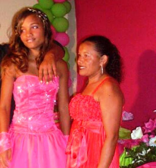 Jildete Brito, 41 anos, coiteense, recebe o carinho de sua filha Amanda