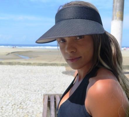Ana Paula em frente a praia, em Praia Grande