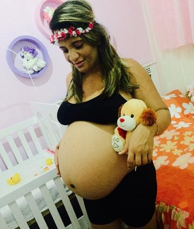 """Nangela Tavares moradora do Bairro da Rodoviária / Coité, recebe o carinho de sua filha Kevila Gordiano, """"Deus é tão maravilhoso que escolheu a melhor pessoa do mundo par a ser minha mãe"""""""