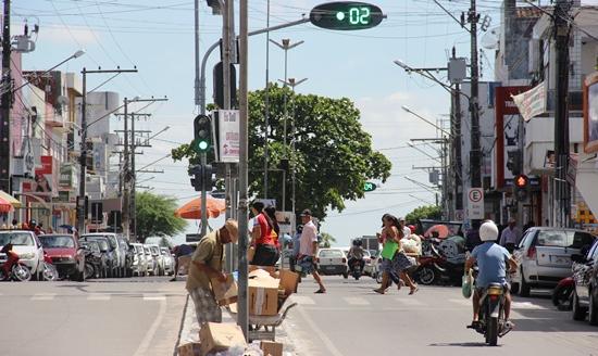 Aqui o registro de irregularidade de pedestres, que não observou o sinal ainda aberto para veículos..