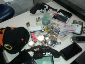 Objetos e armas encontrados com os suspeitos.