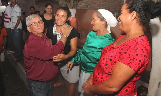 Durante o percurso pelas ruas pavimentadas o prefeito recebeu o carinho dos moradores que agradeceram a obra.