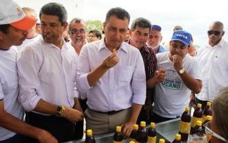 Igor fez degustação do mel juntamente com o governador.