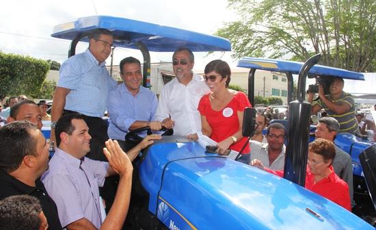 Rui posou para foto ao lado do prefeito Ismael e dos vereadores Regi Mota e Leninha.