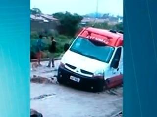 Ambulância do Samu presa em buraco na rua
