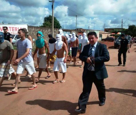 A decisão de levar os detentos foi tomada pelo delegado Cristiomário Medeiros.
