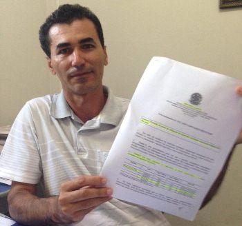 Secretário de Saúde Agnaldo Oliveira mostrar documento que aprova o uso da substância.