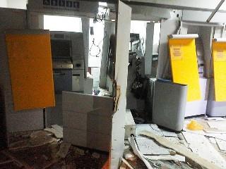Agência do Banco do Brasil ficou destruída após criminosos explodirem caixas eletrônicos, na cidade de São Felipe