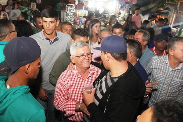 Jorge Andrade literalmente em casa, abraçou os participantes da festa. Foto- Raimundo Mascarenhas
