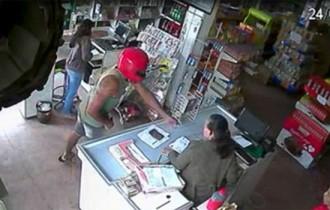 Uso do capacete serve como máscara e não é possível identificar o assaltante
