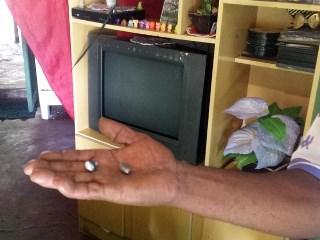 Avô de uma das crianças baleadas mostra projéteis após atentado