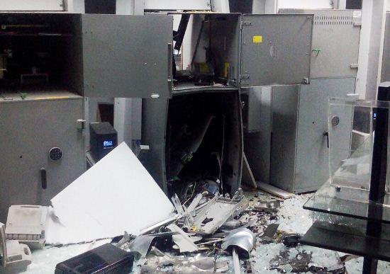 Os cofres na área interna do banco também foram destruídos, mas há um sistema que as notas se destroem com o impacto.