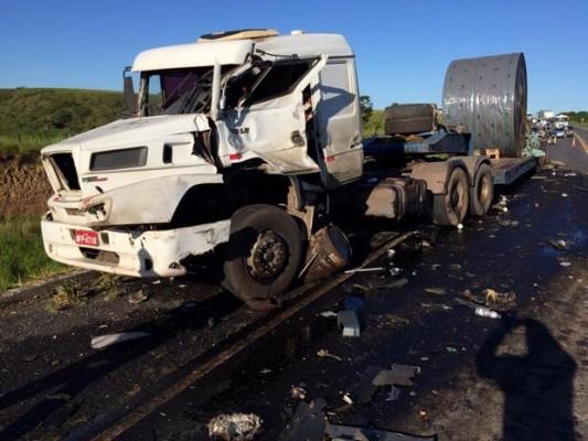 Carreta estava quebrada na pista quando ônibus atingiu veículo