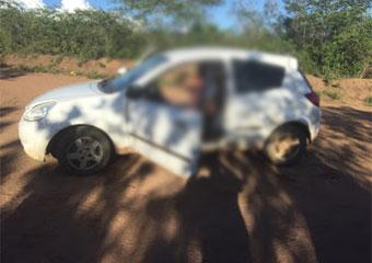 Vítimas morreram sentadas dentro do carro.
