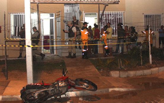 Motocicleta caída em frente a casa pertence ao assassino.