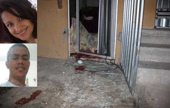 O corpo coberto próximo a porta de vidro quebrada e marcas de sangue mostram os sinais da violência. Foto: Raimundo Mascarenhas