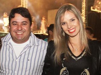 Ao lado da primeira dama o prefeito que é morador do Jorro não perde a oportunidade de recepcionar as pessoas.