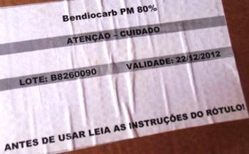 Numa das caixas a informação do produto vencido a cerca de dois anos e meio.