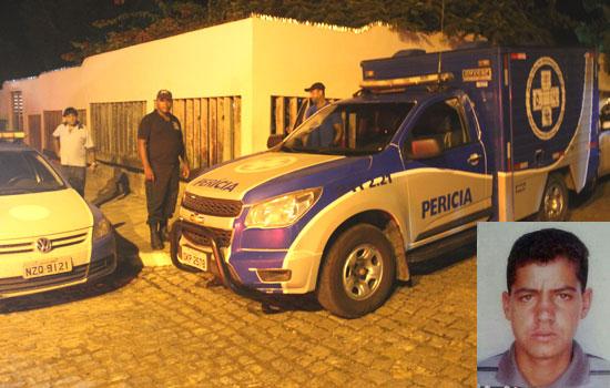 Peritos de Serrinha realizaram o levantamento cadavérico e conduziram o corpo para o Departamento de Polícia Técnica - DPT de Feira de Santana- foto: Raimundo Mascarenhas